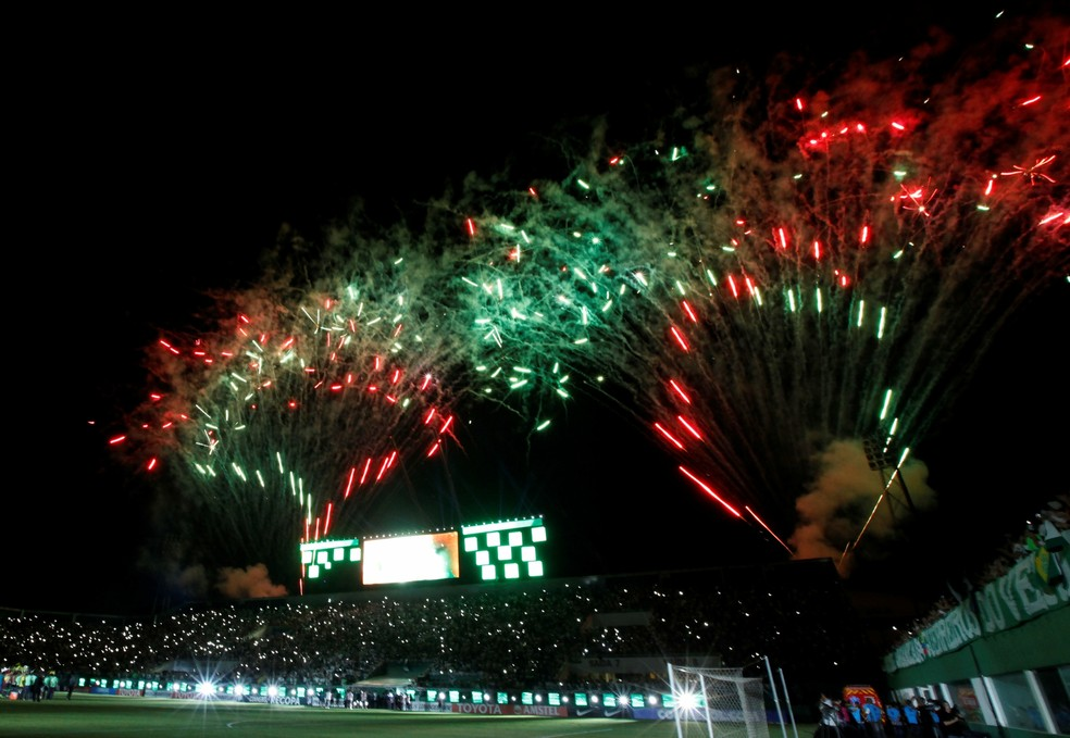 Queima de fogos no fim da partida na Arena Condá (Foto: REUTERS/Paulo Whitaker)