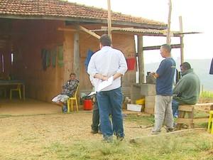 Metade dos pedreiros não tinha carteira assinada em obra em São João da Boa Vista (Foto: Oscar Herculano Jr/ EPTV)
