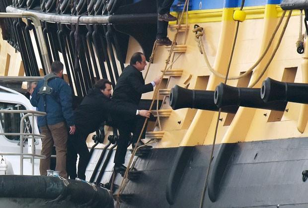 O presidente da França François Hollande na embarcação Hermione (Foto: Xavier Leoty/AFP)