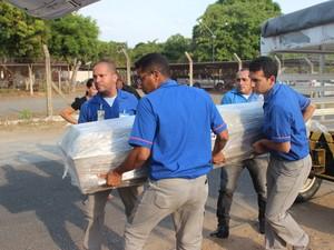 Caixões chegaram em Teresina e foram levados ao interior do Piauí (Foto: Ellyo Teixeira/G1)
