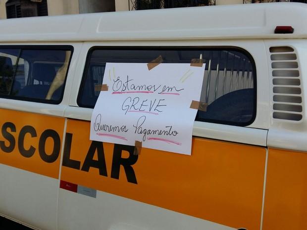 Cartazes foram colocados em veículos em Eldorado (Foto: Luiz Momisso/Arquivo Pessoal)