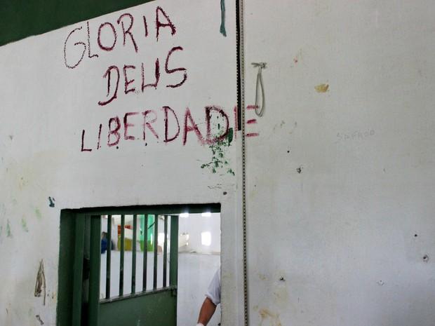 Dizeres bíblicos ilustram paredes de diferentes celas (Foto: Jamile Alves/G1 AM)