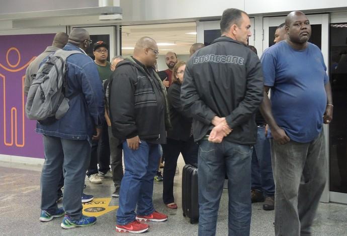 Seguranças no desembarque do Fluminense (Foto: Hector Werlang)