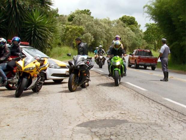Policiais rodoviários param motocilistas na SP- 360 entre Itatiba e Morungaba (Foto: Reprodução / EPTV)