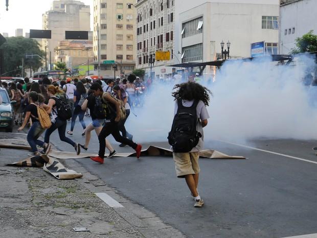 Polícia usa bombas em protesto de estudantes contra a máfia da merenda no Centro de SP (Foto: Nelson Antoine/Framephoto/Estadão Conteúdo)