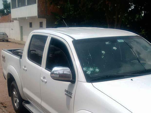 Carro levado pelos assaltantes com marcas dos disparos dos tiros em Cruz das Almas, na Bahia (Foto: Carlos José/ Site Voz da Bahia)