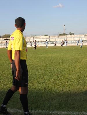 Gol polêmico decidiu a partida (Foto: Larissa Vieira/GLOBOESPORTE.COM)
