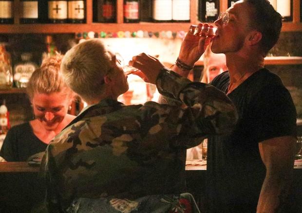 Justin Bieber bebe tequila com um amigo (Foto: AKM-GSI)
