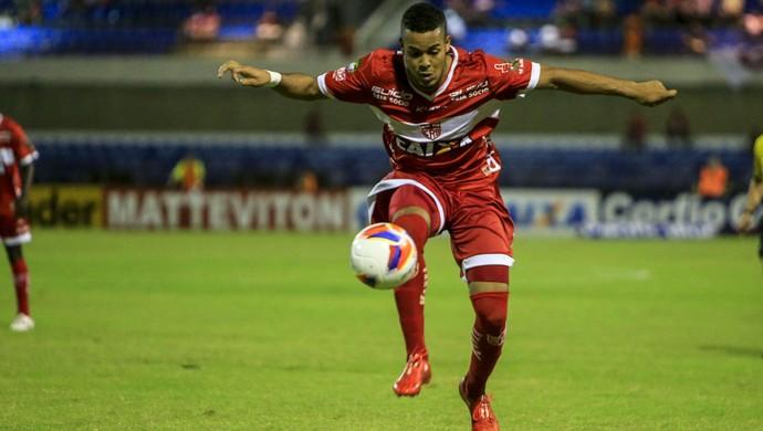 Revelação do CRB, Maxwell sai do chão para dominar a bola (Foto: Ailton Cruz/ Gazeta de Alagoas)