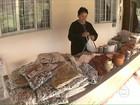 No PR, artesãs transformam fios de seda em cachecóis para os turistas