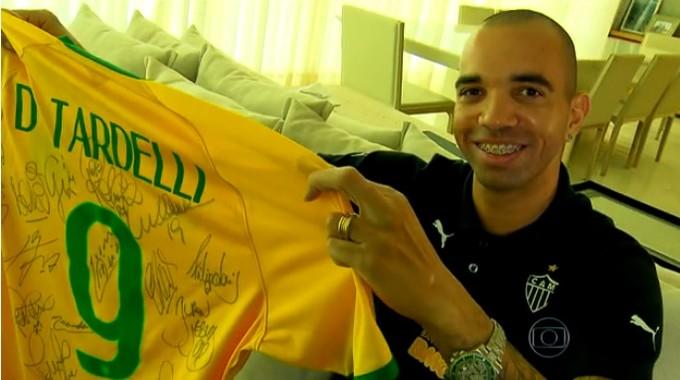 Tardelli mostra camisa que usou na partida contra a Argentina em que fez dois gols (Foto: Reprodução)