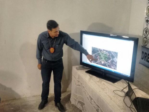 Delegado Ronilson Medeiros mostra área rastreada pelo sistema do celular (Foto: Márcio Chagas/G1)