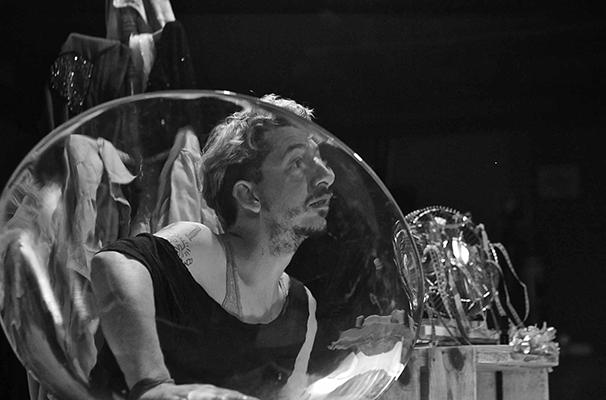 Paulo Salvetti em um dos monólogos inseridos no espetáculo (Foto: Divulgação)