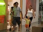 Felipe Camargo vai às compras com a família em shopping no Rio