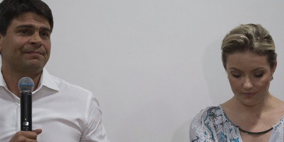 Coletiva de imprensa em que estão o secretário de governo Pedro Paulo Carvalho e a ex-mulher dele Alexandra Marcondes (Foto: Alexandre Cassiano/ Agência O Globo)