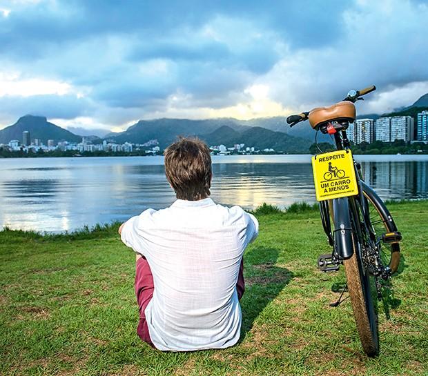 """Na bicicleta,  um adesivo:  """"Respeite: Um  Carro a Menos""""  (Foto:  )"""