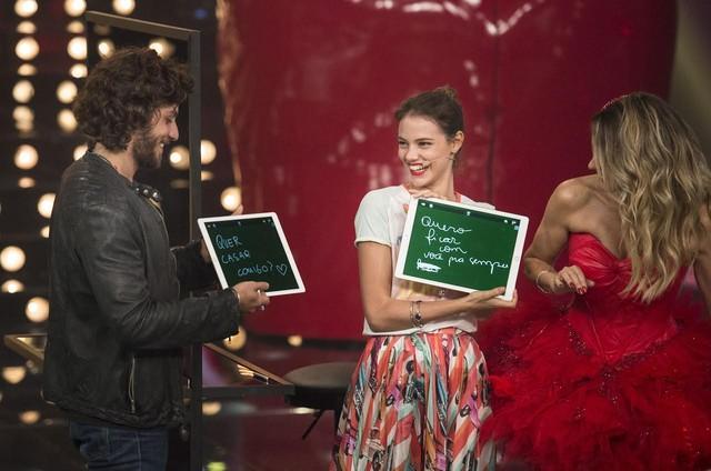 Chay Suede e Laura Neiva com Fernanda Lima no 'Amor & sexo' (Foto: Globo / Maurício Fidalgo)