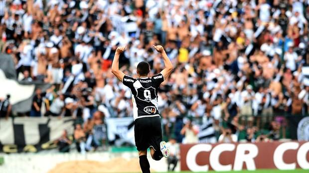 William comemora gol da Ponte no dérbi (Foto: Marcos Ribolli/ Globoesporte.com)