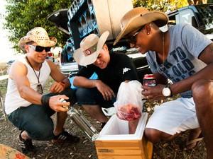 Amigos de Araraquara fizeram churrasco às margens da rodovia (Foto: Érico Andrade/G1)
