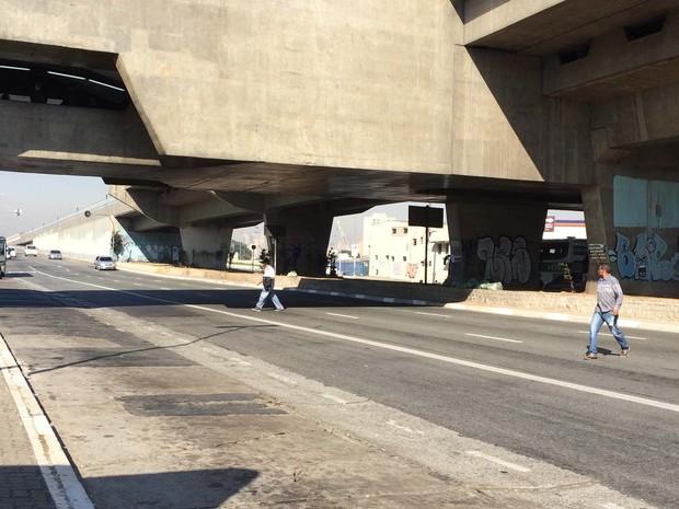 Sem faixa de pedestre desde o Shopping D, quem segue para o Terminal Rodoviário do Tietê atravessa a avenida quando acha que os veículos estão longe o suficiente (Foto: Vivian Reis/G1)