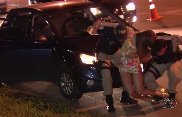 Segundo os policiais, jovem fingiu desmaiar ao ser abordada em blitz em Goiânia, Goiás (Foto: Reprodução/ TV Anhanguera)