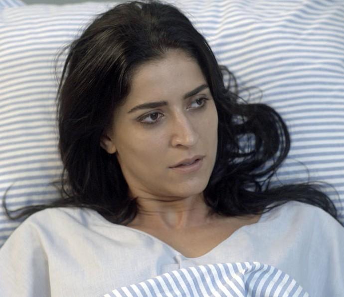 Carol acorda no hospital, depois de ficar entre a vida e a morte (Foto: TV Globo)