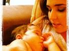 Fofura! Perlla posta foto da filha dormindo com dedinho na boca