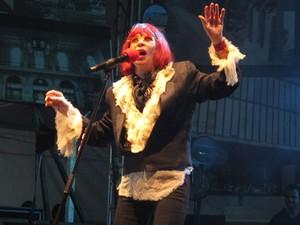 Rita Lee entrou no palco por volta das 22h55 com a bandeira da cidade e cantou sucessos como Banheira de Espuma (Foto: Marcio Pinho/G1)
