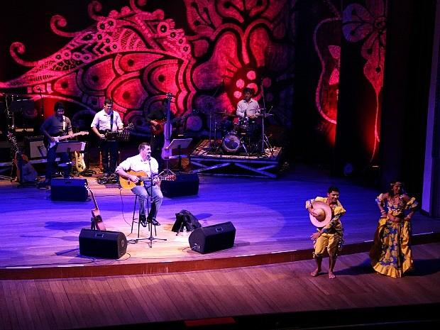 Dançarinos trouxeram o carimbó ao palco do teatro na canção Morena, do novo álbum do cantor (Foto: Indiara Bessa/G1 AM)