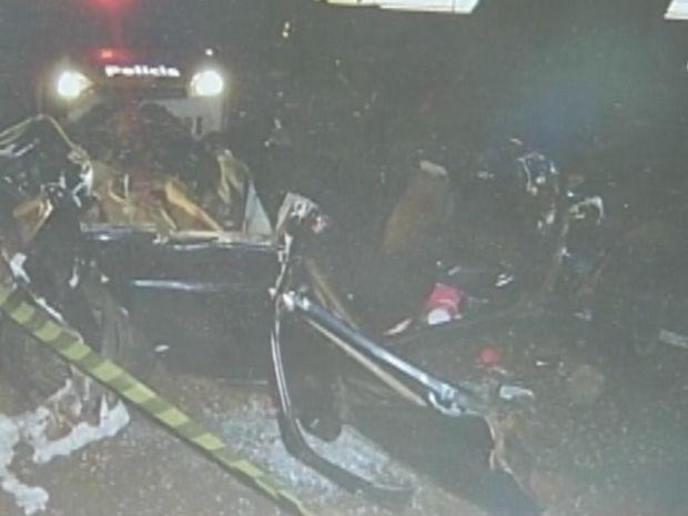 Cinco carros se envolveram nos dois acidentes em sequência.  (Foto: reprodução/Polícia Rodoviária)