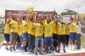 São Carlos comemora o título da segunda divisão Paulista (Foto: Be Caviquioli)