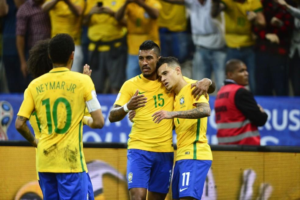 Abraçados, Paulinho e Philippe Coutinho, dois destaques da seleção brasileira sob comando de Tite (Foto: Marcos Ribolli)