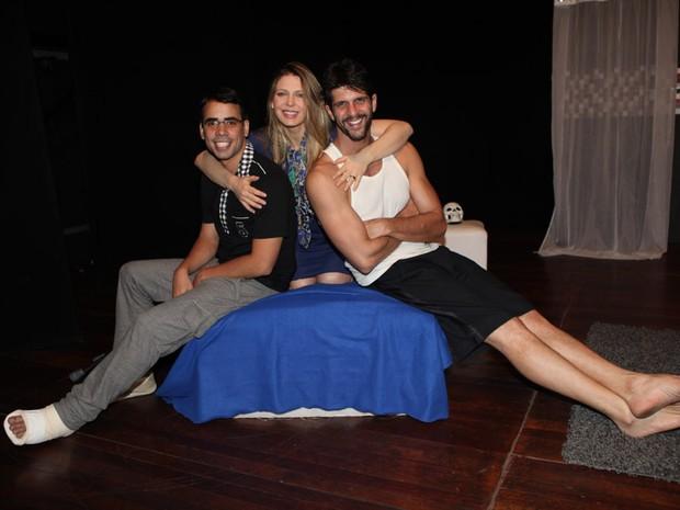 Sheila Mello com os atores Guilherme Chelucc e Tiago Pessoa (Foto: Iwi Onodera / EGO)