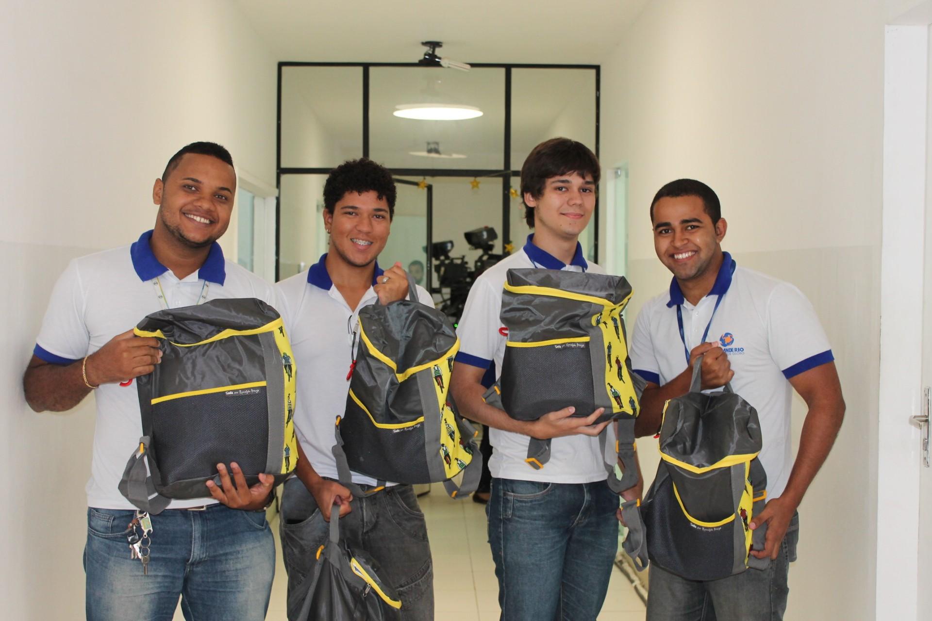Funcionários ganharam kits para a ceia de final de ano (Foto: Gabriela Canário)