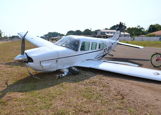 Avião atingiu motociclista no momento do pouso  (Foto: Luiz Carlos da Silva)