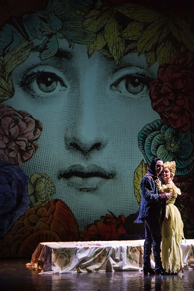 The ever-changing set was designed by Barnaba Fornasetti. (Foto: RAY TARANTINO)