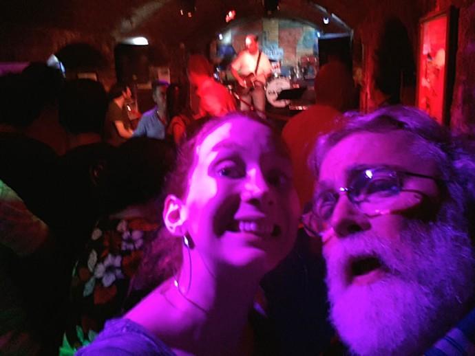 """Marina e Eduardo no Cavern Club """"Essa selfie é a única foto que tiramos juntos na viagem. Um ficava sempre tirando foto do outro!', explica a cantora (Foto: Arquivo pessoal)"""