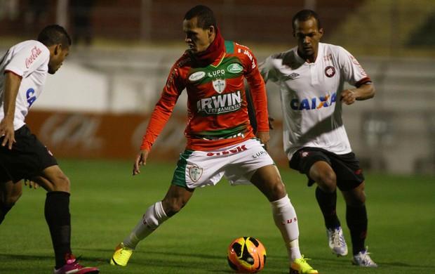 Souza Portuguesa x Atlético-PR (Foto: Marcos Bezerra / Ag. Estado)