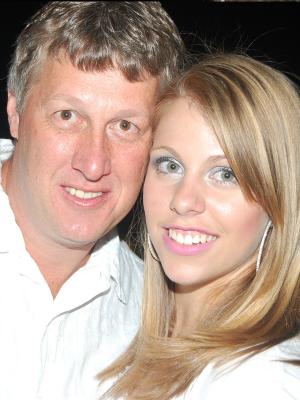 Francisco ao lado da filha Allana, uma das vítimas da boate Kiss (Foto: Arquivo Pessoal/ G1)