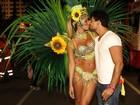 Karen Kounrouzan beija o namorado antes de desfilar na Sapucaí