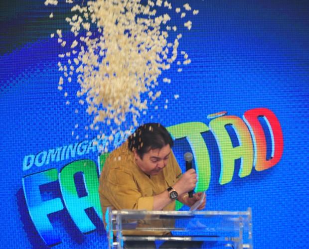 Faustão é surpreendido com pipoca na cabeça (Foto: Reinaldo Marques / TV Globo)