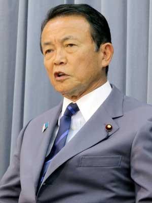 Vice-primeiro-ministro japonês Taro Aso fala com a imprensa após uma reunião de gabinete nesta sexta-feira (2) em Tóquio (Foto: JIJI PRESS/ AFP)