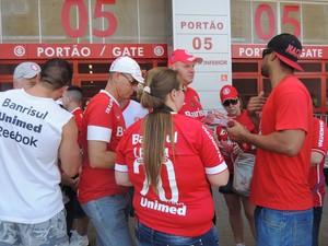 Militantes do O Povo do Clube tentam conseguir votos para eleição do Conselho (Foto: Tomás Hammes / GloboEsporte.com)