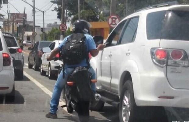Motociclista aproveita sinal fechado e assalta condutor em Goiânia; veja em Goiás (Foto: Reprodução/TV Anhanguera)