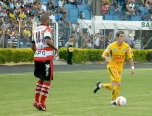 Tiago Luis, do Mirassol, contra o Linense (Foto: Marcos Lavezo/GloboEsporte.com)