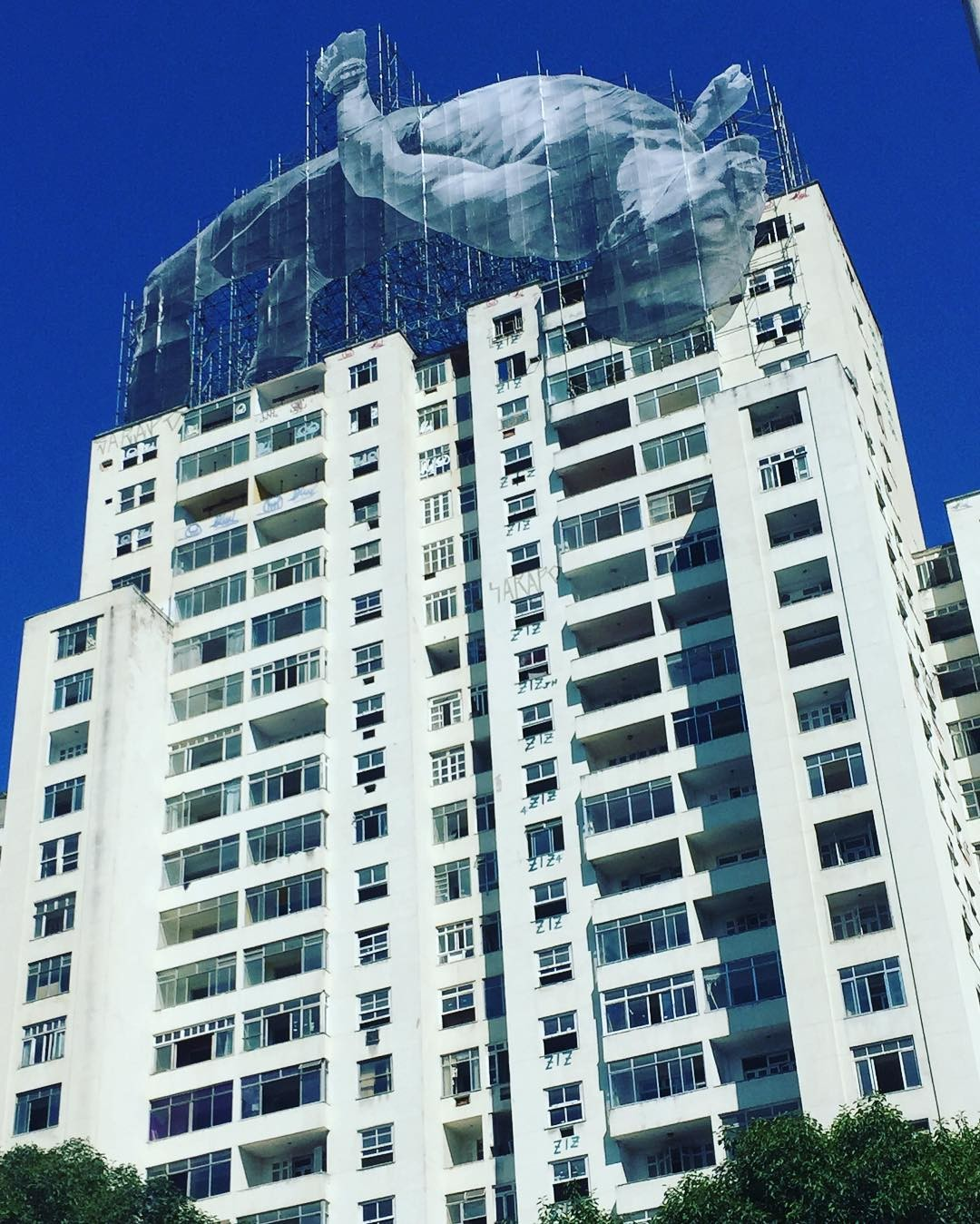 Obra de Jr no topo do prédio no Aterro do Flamengo (Foto: Reprodução/Instagram)
