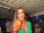 Nicole Bahls curte baile funk no Rio com look decotado e justinho