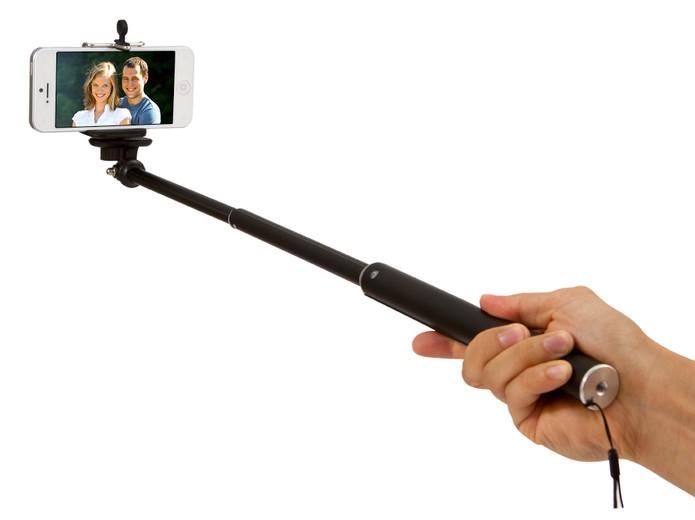 Monopod ou pau de selfie é um acessório com o qual é possível tirar autorretratos com ângulos maiores (Foto: Divulgação/Kodak)