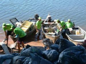Pescadores desembarcam com sacos de lixo retirados do rio Paraná (Foto: Divulgação/ITTI)