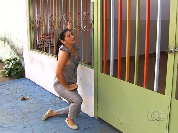 Mulher se desespera ao pensar que o filho foi levado durante roubo em Goiás (Foto: Reprodução/TV Anhanguera)